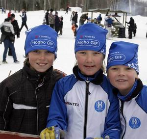 Emil Hedlund, Emil Danielsson och Anton Mäkinen i Högbo Gif skulle åka 2,5 kilometersdistansen.– Det gäller att köra så det ryker i början och sedan köra ännu snabbare, förklarar Emil Hedlund sin taktik inför loppet.