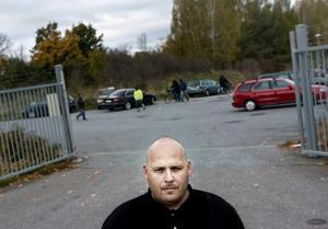 Terho Holm är irriterad på att kommunen inte lappar bilar utanför moskén i Vivalla.
