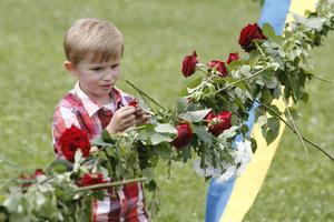 James Missing hjälpte till att dekorera midsommarstången vid Djäkneberget.