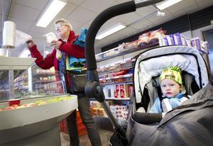 In i butiken kommer Ann-Marie Olovsson för att köpa mellanmål till barnbarnet Alva Henriksson. Mormor bor inte själv i Sörby, så det är första gången hon är i butiken.– Min dotter handlade ofta på Hemköp så jag har hört att saknaden efter en matbutik är stor i Sörby.