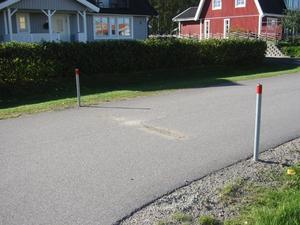 Varje farthinder sitter fast med tre skruvar i asfalten. I morse var de borta.