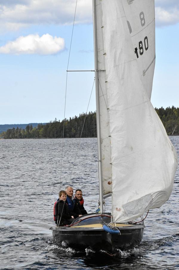 Chans att prova. Heiko de Kort, Arne Olofsson och Hein de Kort gav sig ut på en Sköna maj-seglats.