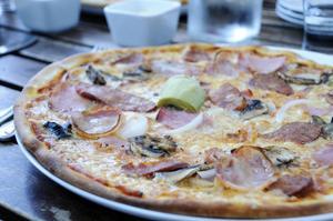 Pizzerian Milano i Bollnäs avviker i sin livsmedelshantering på ett flertal punkter.