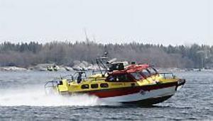 Söderhamns nya sjöräddningsbåt forsar fram när vattenjetaggregaten i aktern ger fullt vattentryck. Acceleration och inbromsning liknar inte vanliga båtars. Från noll till 40 knop går på två röda, maxinbromsning ännu snabbare. Foto: Lasse Halvarsson