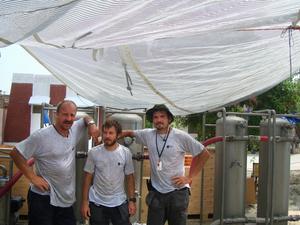Värmen och fuktigheten i Pakistan var det mest påfrestande som Svante Nordström någonsin upplevt. Värst var det i Baseera där det tredje vattenreningsverket sattes upp av de svenska hjälparbetarna. Då var det var 40-50 grader och extremt fuktigt. Från vänster Tomas Magnusson, Mikael Bengtsson och Svante Nodström Foto:Privat