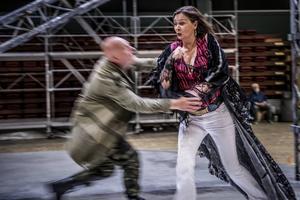 Dramatik mellan Carmen (Anna Larsson) och Don José (John Daszak).