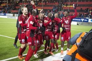 Laget jublar framför supporterklacken Falkarna efter 2–0-segern mot Hammarby och stämmer upp i fansens hyllningssång