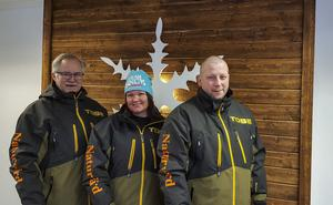 Naturvärdarna i projektet har en viktig uppgift när det gäller att informera skoteråkarna om vilka regler som gäller på fjället. Från vänster Gunnar Nilsson, Marika Westberg och Daniel Messelt.