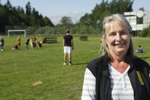 Cecilia Englund, fastighetsförvaltare på Gavlegårdarna och en av de ansvariga för fotbollsskolan, tycker att det är viktigt att man jobbar för att barnen ska få komma ut på sommarlovet.