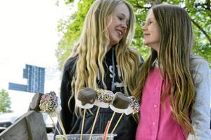 Nelly Gryth och Nellie Berzelius, i årskurs fem, sålde milkshakes och marshmallowklubbor på Borndagen, en dag för entreprenörskap på Borns friskola.