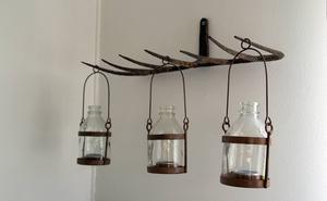 Ljusen hänger på långa rader i en gammal kratta.