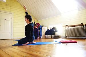 Yoga är en av alla kurser på Fridhem. Under våren och sommaren kan man delta i allt från frigörande dans, feng shui och mindfulness. Foto:Stina Rapp