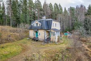 Villan på Lekombergsvägen 14 ligger i ett högt läge. Foto: Fastighetsbyrån Ludvika