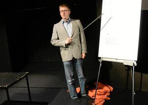 Avskalat. Med minimal rekvisita och kostym framför Erik Hedenbo sin monolog.