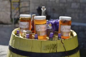Hvars lavendelsmakande honung är en raritet. Här till salu i byn bergsbyn Brusje.