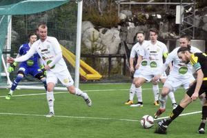 Friska Viljors lagkapten Frans Eriksson skickar iväg ett skott. Frans stod för en fin framspelning till 3–0.