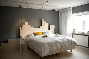 Sovrummet andas lyxigt hotellrum. Golvet fick fortsätta en bit upp mot väggen och blev på så vis en häftig sänggavel.
