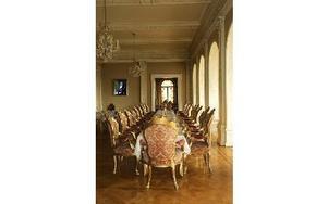 På bottenvånigen finns både en ljus salong och en matsal i tysk stil.