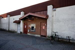 Här vid bankomaten i Sätra centrum blev mannen nedslagen och rånad.