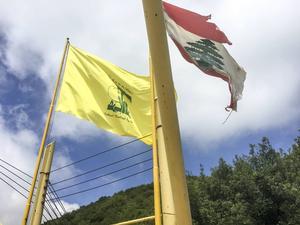 Hizbollahs flagga vajar i vinden bredvid den libanesiska flaggan i södra Libanon.   Foto: Sofia Eriksson/TT