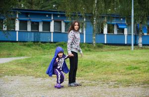 Amina, 10 år, fick gå långa sträckor av den farliga vägen själv, när småbröderna bars. Men hon klarade sig oskadd.