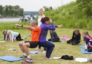 Per och Åsa Spik är koncentrerade under övningen stolen. Trots det oskyldiga namnet ställer yogasagor höga krav på uthållighet, blaans och andning.