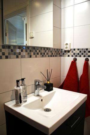 I Torbjörns badrum får mosaik med silverglitter pryda de kaklade väggarna...