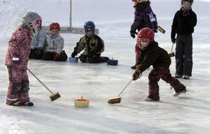 Curling är riktigt i ropet efter OS. Nu har sporten även nått Knåda skola.