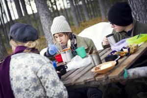 Enkel kosthållning är det som gäller för deltagarna som samlas runt det enkla bordet.Det råder tryckt stämning under måltiden.