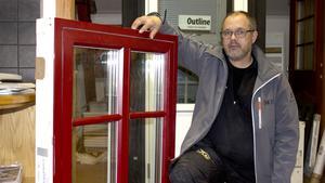 Fönsterexpert. Niklas Norlén är säljare på Ransta snickeri och förklarar för- och nackdelar med olika fönstervarianter.