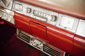 Den här skivspelaren, en Philips för vinylsinglar, är en ovanlig ingrediens i en av bilarna.
