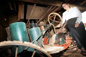Åsemi Byström visade den gamla traktorn som hennes gammelmorfar smidde en gång i tiden.