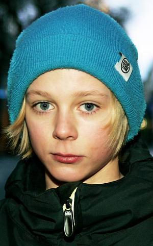 William Karlsson, 13 år, Hackås:– Ja. Affärerna är öppna som vanligt. Och det är väl kul att börja skolan igen och träffa alla kompisarna. Jag går i sjuan i Myrviken.