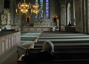Svenska kyrkans kyrkohandbok anger hur gudstjänster ska gå till. Här en interiörbild från Kumla kyrka.