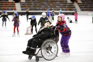 Josefine Johansson gillar också att åka skridskor. Helst tillsammans med sin kompis Steven.