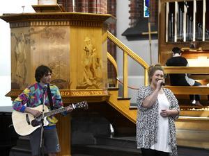Barnen Kimmen Edin och Sara Edin framförde