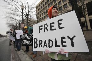 Frige Bradley. Runt om i USA sker demonstrationer mot Pentagons behandling av menige Bradley Manning. 23-åringen som misstänks vara läckan inom den amerikanska militären som vidarebefordrat hundratusentals dokument till Wikileaks.