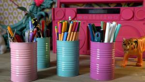 Färgglada plåtburkar plockar upp färgerna i tapeten.