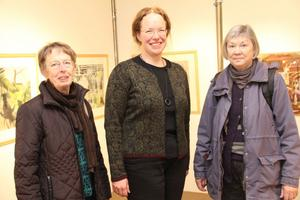 Ragny Eriksson, Elisabeth Erikssson, som öppnade utställningen, och Gunlög Amcoff fanns med under söndagens vernissage.  Jag känner inte till Molin. Men utställningen ser spännande ut, tycker Gunlög.