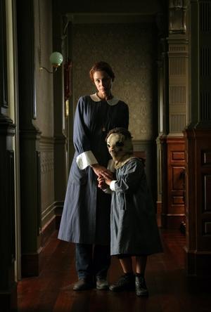 Laura (Belén Rueda) tillsammans med ett skrämmande barn.