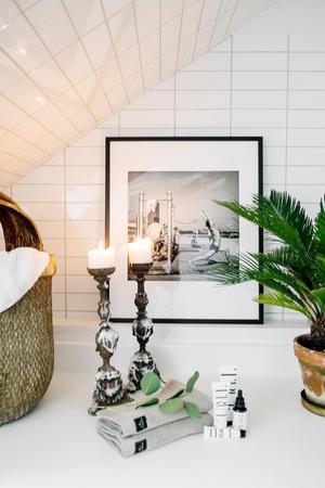 Små detaljer som krukväxter, inramade tavlor och ljusstakar gör stor skillnad, och fungerar även i mindre badrum.