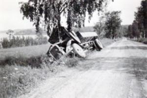 I diket. Olyckan inträffade mellan Vättergården och Vätterskoga år 1937 eller 1938. Gustav Broman omkom vid olyckan.