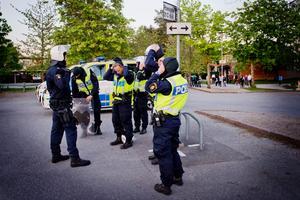 Poliser rustar sig inför oroligheterna som var i Vivalla i våras.