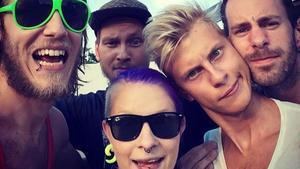 Comminor satsar stort. Bandmedlemmar är Johanna Berndtsson, sång, Victor Holm, sång och gitarr, Mathias Berndtsson, sång och gtarr, Simon Iversen, bas, Kim Hedström, trummor. Egen bild.