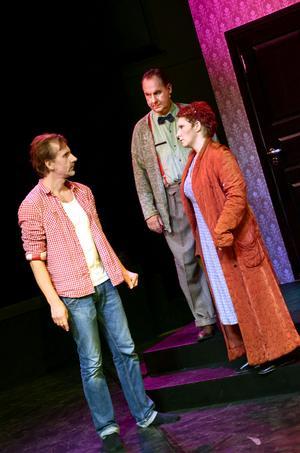 """""""Så här vill jag att ni ska göra"""". Regissören Joakim Lindblad instruerar Sara Kreft och David Tanzilli under reåpetitionerna."""