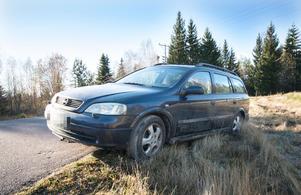 De misstänkta brottslingarnas flyktbil stod parkerad inne i byn. Men tack vare bybornas agerande nådde de aldrig fram till den.