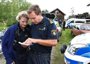 Poliserna Mimmi Brissler och Jörgen Modin kollar upp nya sökområden.