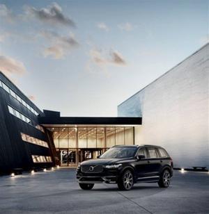Nya XC90 inte bara ser stor ut, den är längre och bredare men aningen lägre än föregångaren.    Foto: Volvo
