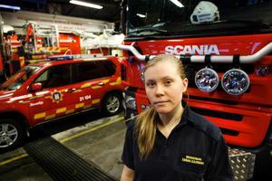 Emma Djurman arbetar som brandman på Räddningstjänsten i Norrtälje och får i sitt arbete i kontakt med många olycksoffer. Hon vet att små detaljer kan rädda liv.