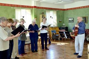 """Vårsånger. """"Vintern rasat"""" och """"Vilken härlig dag"""" ingick i repertoaren när PROs sånggrupp sjöng in våren under gårdagen."""